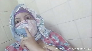 Real Arab عرب وقحة كس Mom Sins In Hijab By Squirting Her Muslim Pussy Atop Webcam ARABE RELIGIOUS SEX
