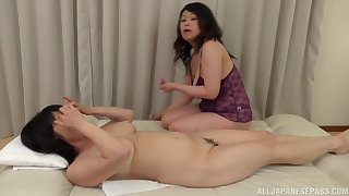 Chubby Japanese grown-up gets the brush pussy pleasured by Mizuno Yoshie